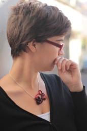 collier en coton rouge et grenat. 2014