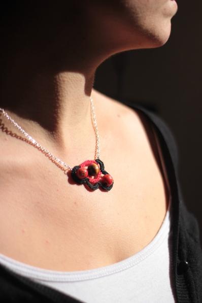 collier en coton rouge et noir. 2014